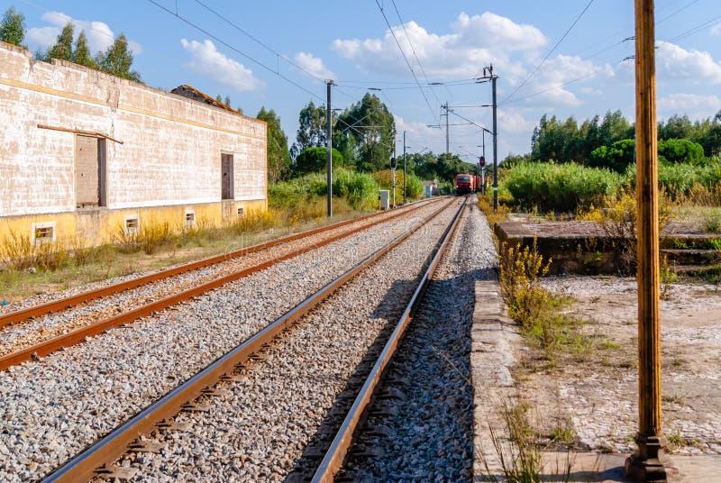 通过平台的火车 柴油火车看的加速的过去制地图 免版税库存照片