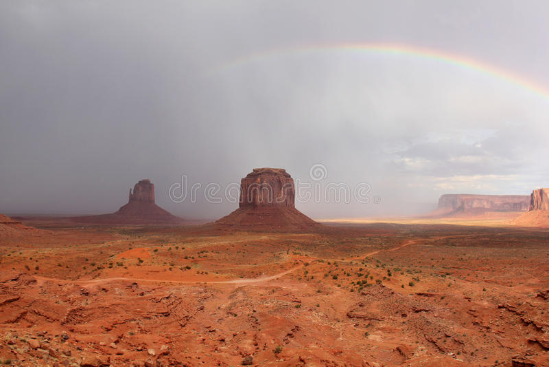 通过彩虹风暴谷的az纪念碑 库存照片