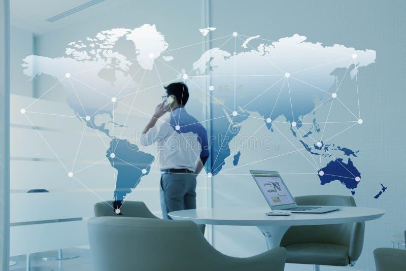 通过手机和膝上型计算机供以人员谈话有全球化的 免版税库存图片