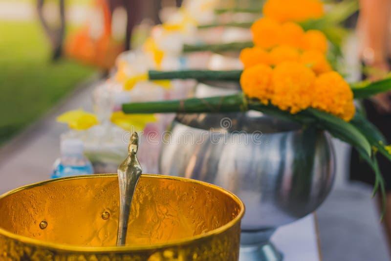 通过提供食物做优点为在泰国婚礼的修士仪式 库存图片