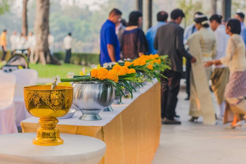 通过提供食物做优点为在泰国婚礼的修士仪式 库存照片