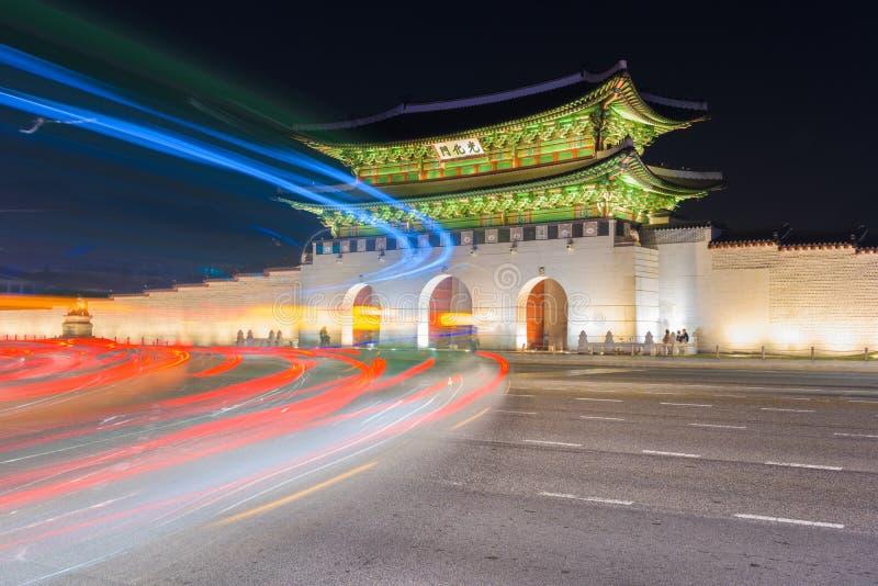 通过景福宫宫殿的交通迷离在晚上在汉城,南 免版税库存照片