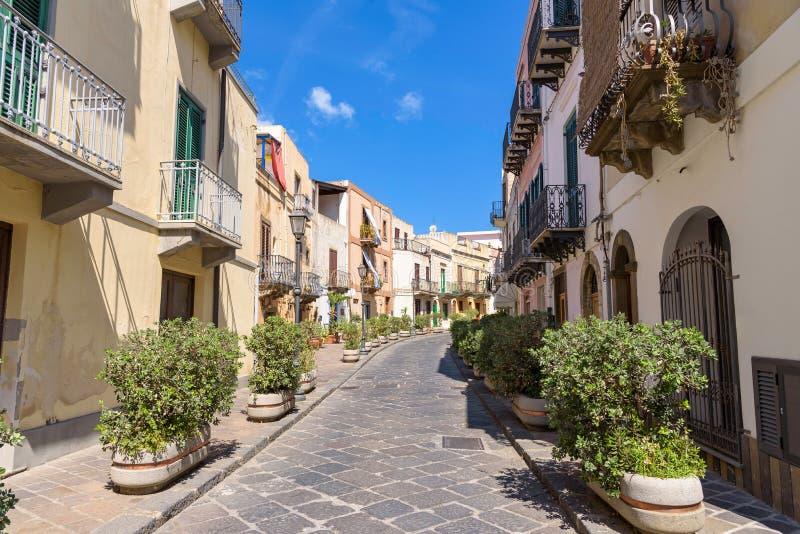 通过朱塞佩・加里波底街道在利帕里岛 库存图片