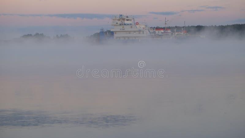 通过沿伏尔加河的船在黎明在Konakovon附近村庄  免版税库存照片