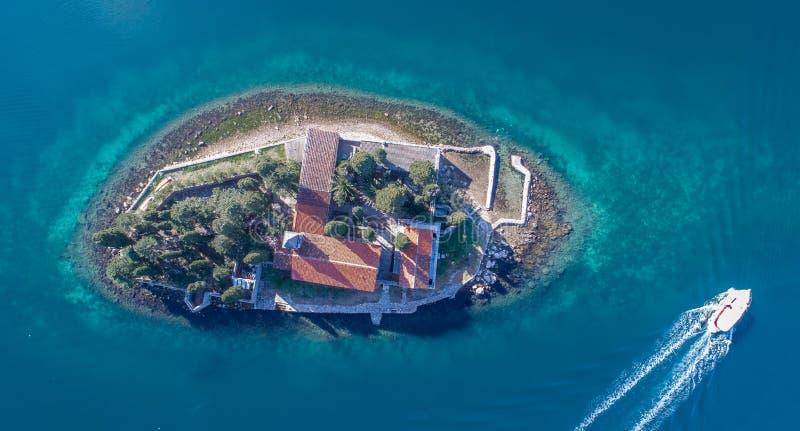 通过海岛修道院圣乔治的小船在Perast 库存图片