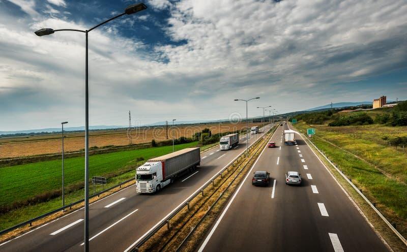 通过白色的卡车-高速公路交通 免版税库存图片