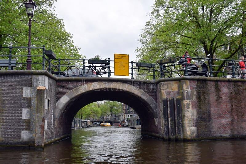通过看法许多典型的运河桥梁之一 库存照片