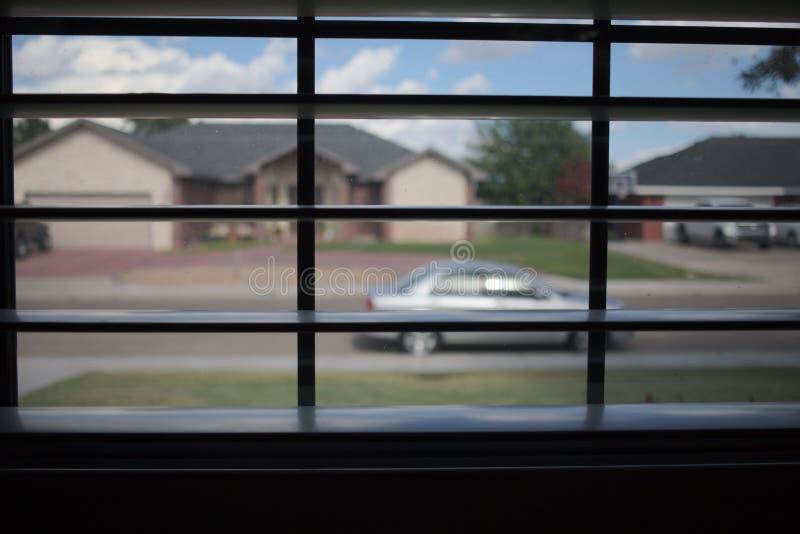 通过窗帘被观看的邻里 图库摄影