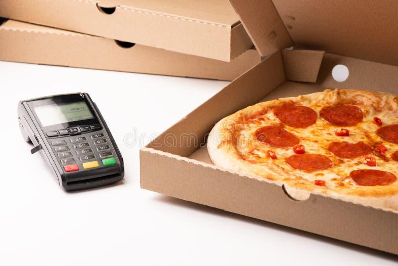 通过终端拿走与信用卡的比萨付款 免版税库存照片