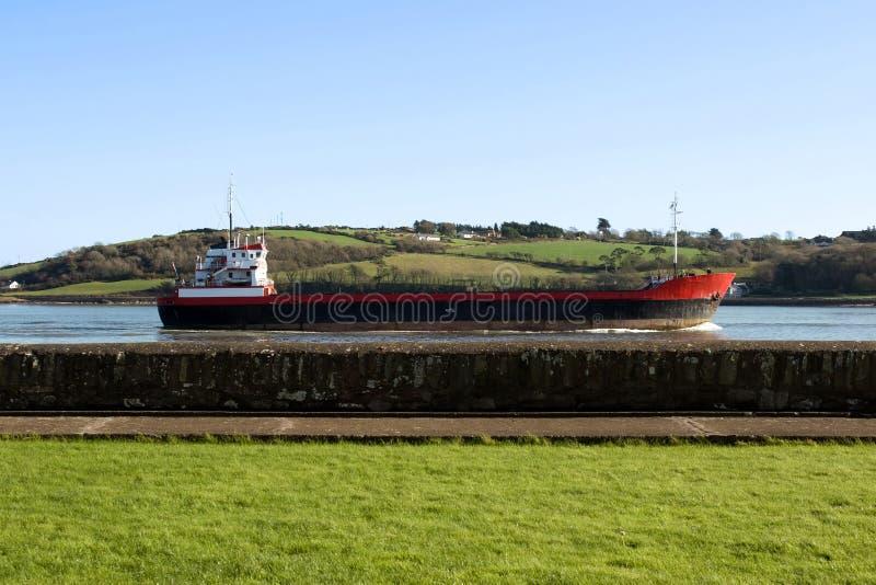 通过航行海运船墙壁的货物 免版税图库摄影