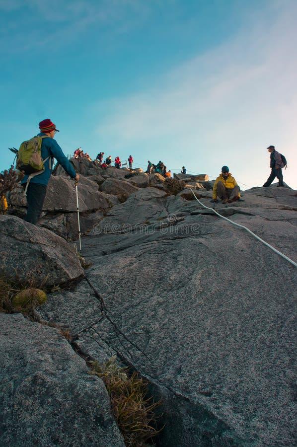 通过足迹的未认出的登山人对Kinabalu登上山顶  图库摄影