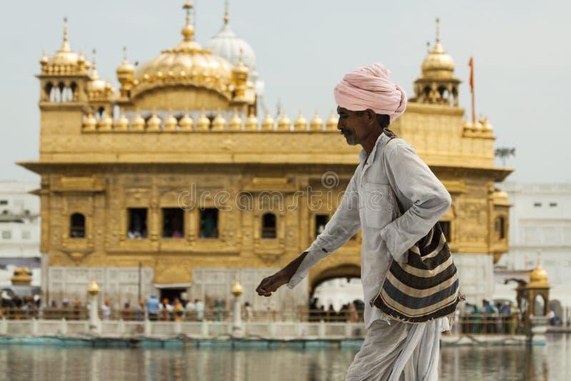 通过金黄寺庙的一个可怜的锡克教徒的香客 免版税图库摄影