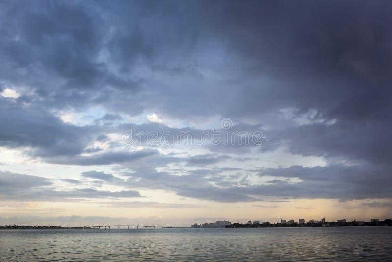 通过风暴&平静的海湾在日出 库存照片
