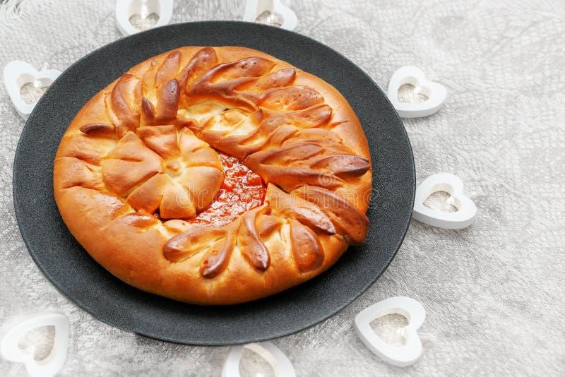 通风美丽的甜蛋糕用在板材和亚麻制桌布的苹果果酱 库存照片