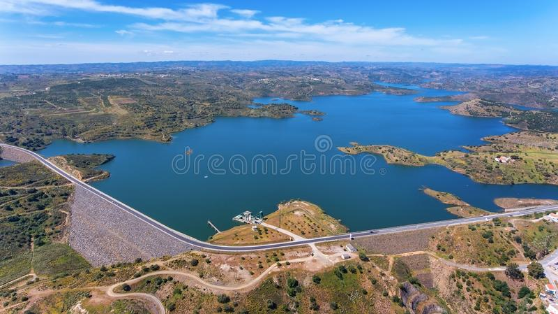 通风 寄生虫,水库水坝Odeleite电视录象制作  葡萄牙 库存照片