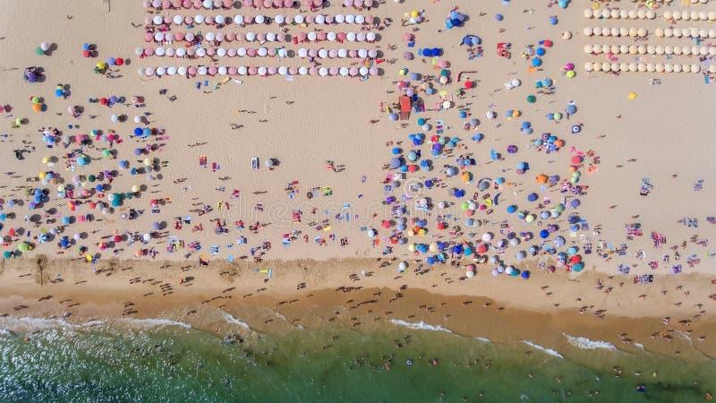 通风 海、海滩和度假者的抽象照片从天空 免版税库存照片