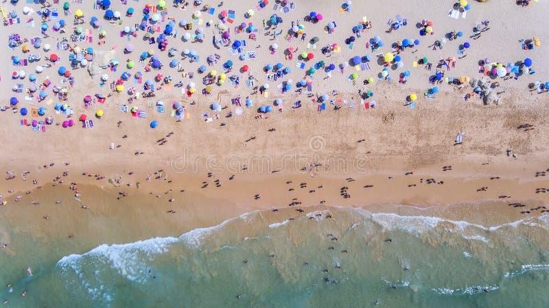 通风 海滩和游人的概念性照片 从天空 免版税图库摄影