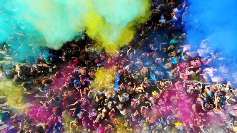 通风 Holi上色节日 愉快的人人群有油漆的 免版税库存照片