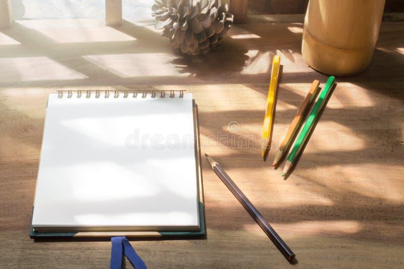 速写与颜色铅笔的书在木工作书桌 库存图片