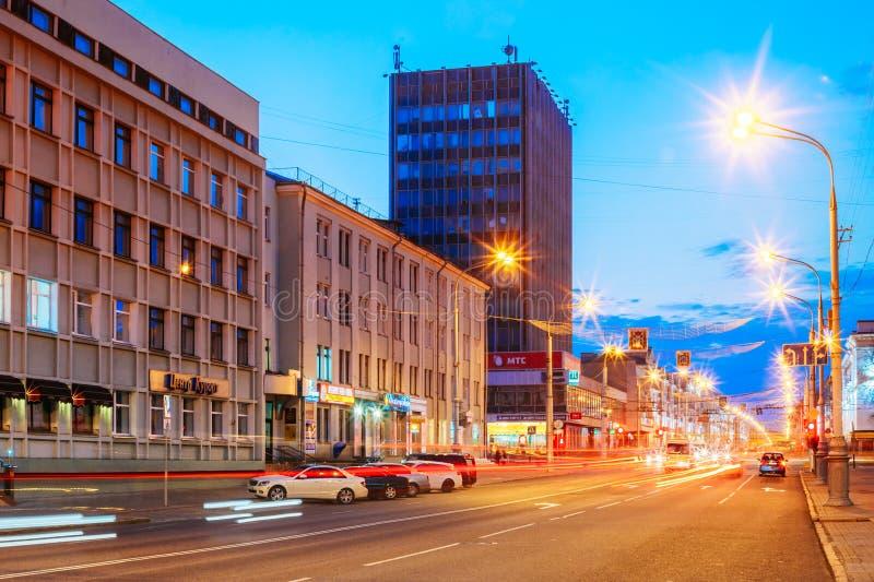 速度交通-在城市道路的光足迹在晚上 库存照片