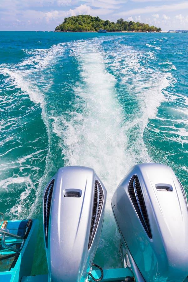 速度小船从快艇的后面引擎视图 从samet海岛泰国的美丽的景色 库存图片