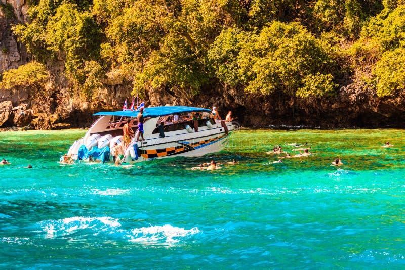 速度小船和游人是废气管在安达曼海 发埃发埃 库存图片