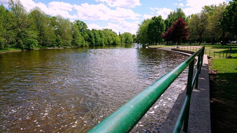 速度河栏杆河沿公园贵湖安大略加拿大 免版税库存照片