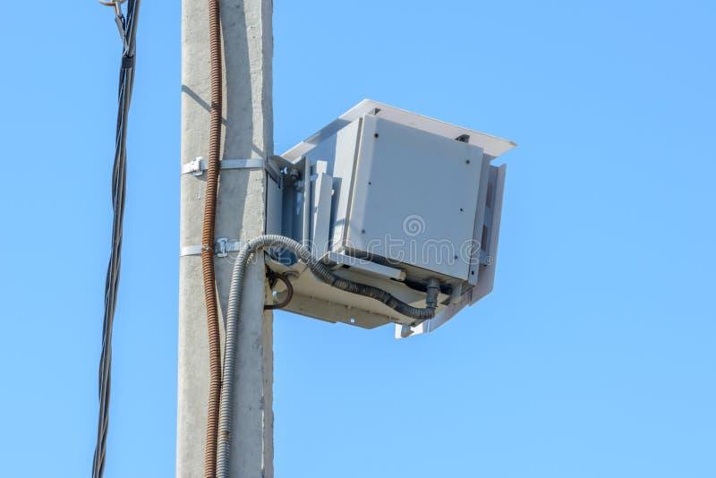 速度监视的照相机汽车在高速公路,警察工具为控制公路交通 免版税库存照片