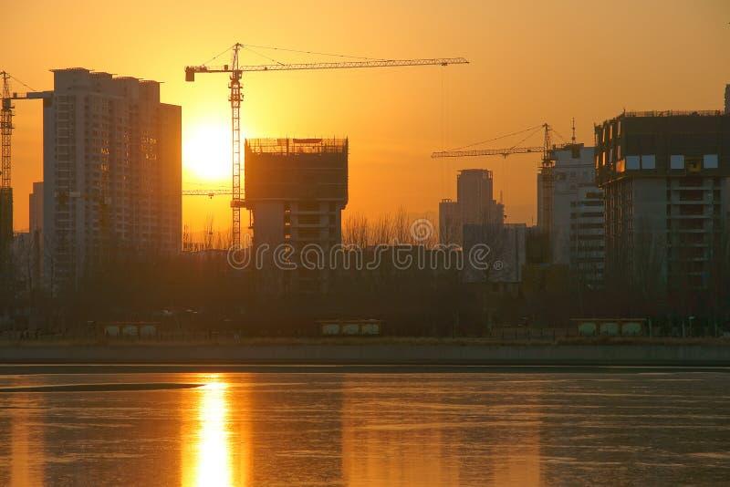 建造场所和日落 免版税库存图片