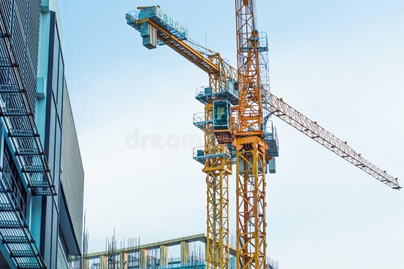 建造场所大厦和黄色起重机 免版税图库摄影