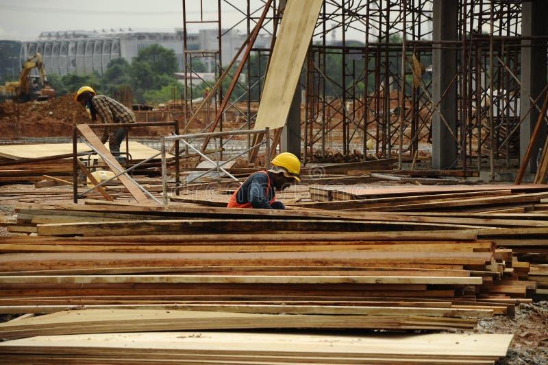建造场所的一位木匠 免版税库存照片
