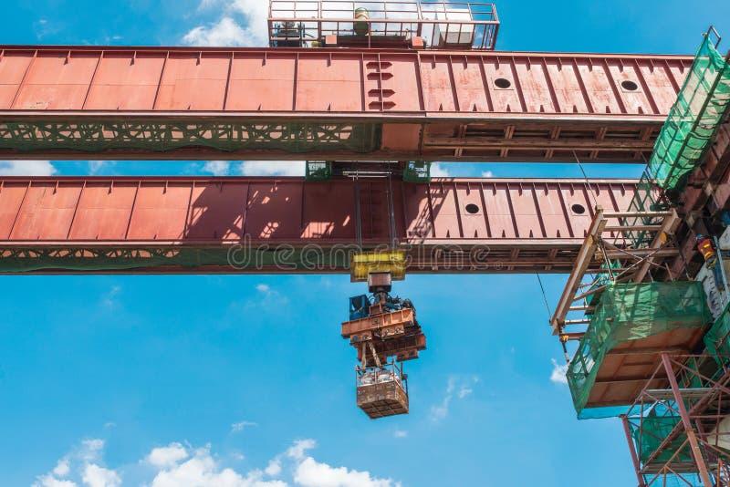 建造场所起重机举混凝土 免版税库存照片