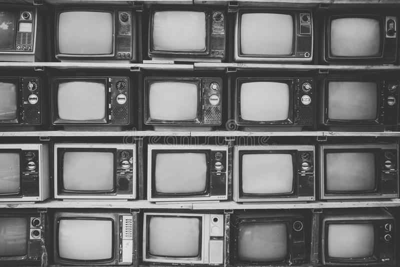 仿造堆黑白减速火箭的电视电视墙壁  免版税库存照片