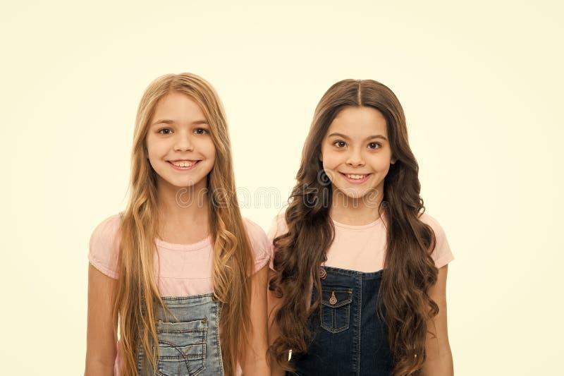 造成一种主要影响的完善的发型 相当有长的发型的小女孩 逗人喜爱女孩佩带新 图库摄影