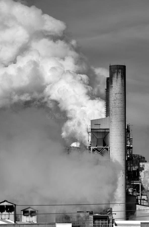 从造成碳污染的纸工厂的有害的二氧化碳排放 免版税图库摄影