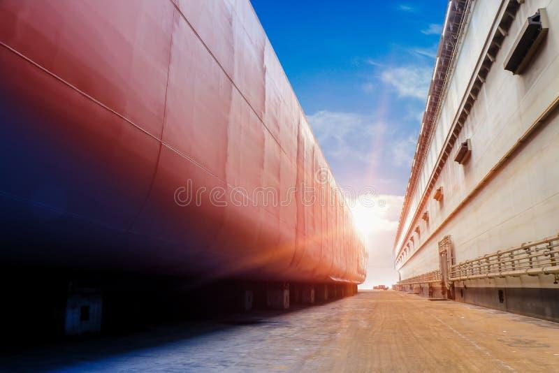 造船厂在浮船坞和旁边壳船身的船停泊 免版税库存图片