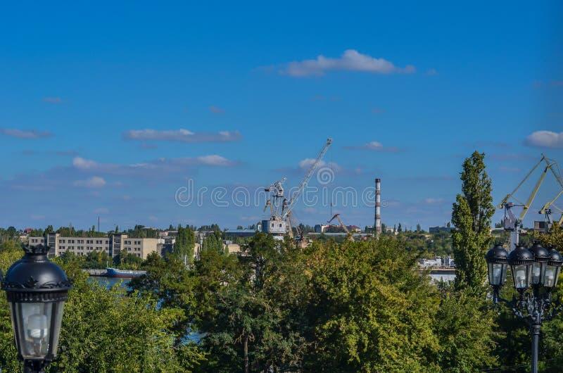 造船厂的看法 反对蓝色9月天空的高桥式起重机 库存图片