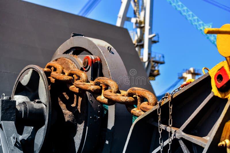 造船厂,停泊有大链船锚的绞盘在驻地船甲板 免版税库存图片