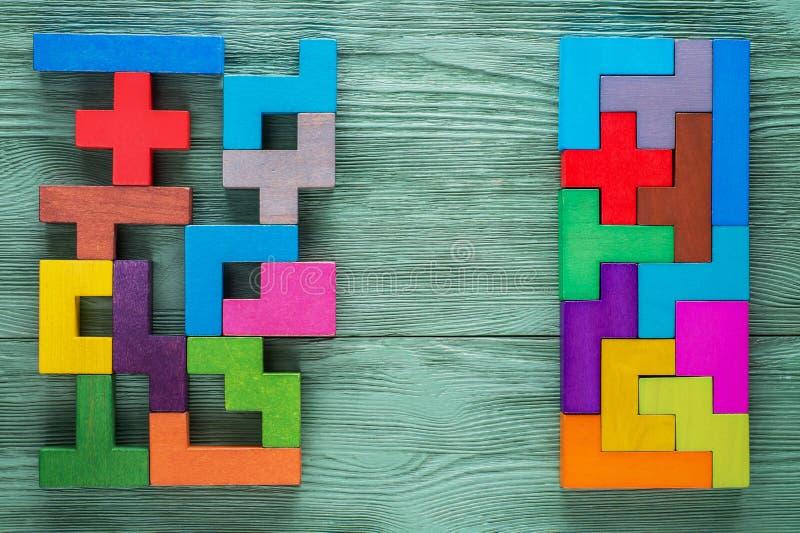 逻辑任务组成由五颜六色的木形状 到达天空的企业概念金黄回归键所有权 免版税库存图片