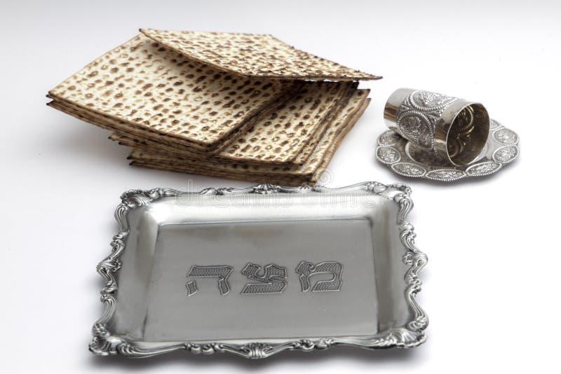 逾越节的未发酵的面包 手工制造与A银碗 免版税图库摄影