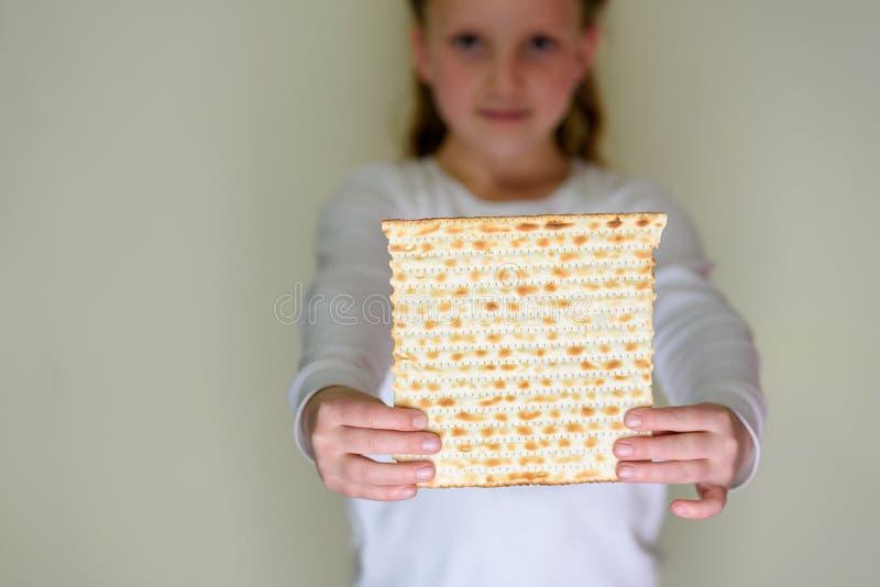 逾越节的犹太女孩藏品matzah 库存图片