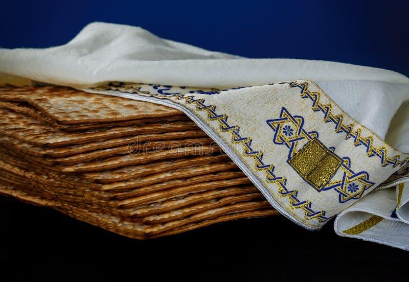 逾越节Matzah在木桌的背景发酵的硬面特写镜头  免版税库存图片