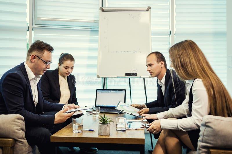 遇见会议讨论公司概念的商人, 库存照片