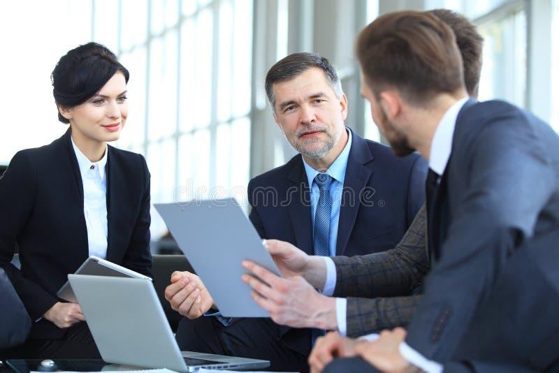 遇见会议讨论公司概念的商人 免版税库存照片