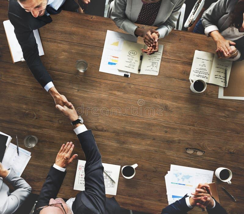 遇见公司握手问候概念的商人 库存照片
