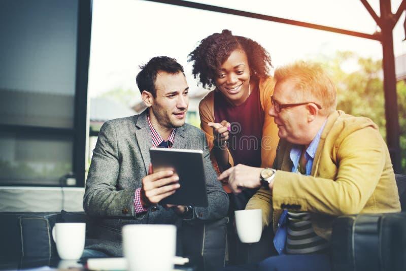 遇见公司数字式片剂技术的商人浓缩 免版税库存图片