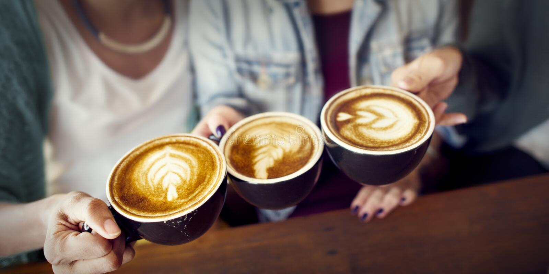 遇见幸福咖啡店概念的朋友 免版税图库摄影
