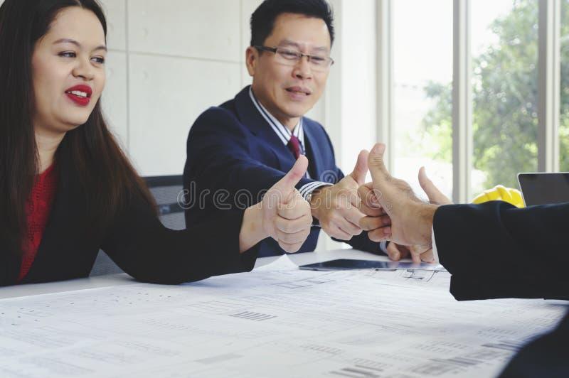 遇见建筑师赞许微笑的商人 库存照片