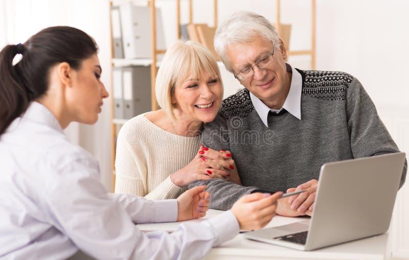 遇见投资的资深夫妇财政顾问 库存照片
