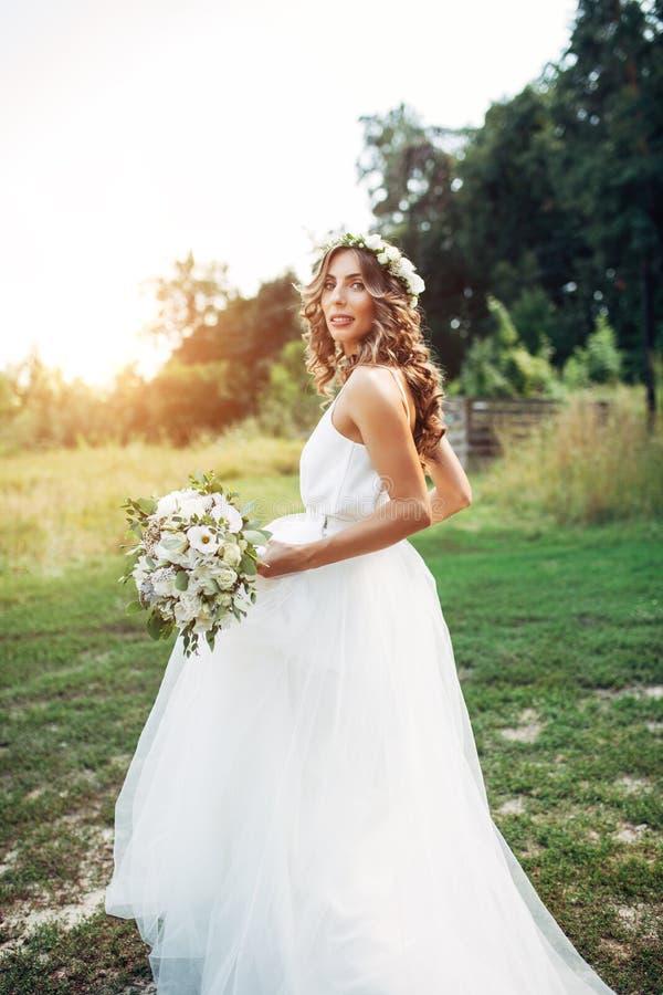 遇见新娘和新郎在卧室,新婚佳偶是愉快的 人在Th和bowtie妇女穿戴了打扮的wgite衬衣 库存照片